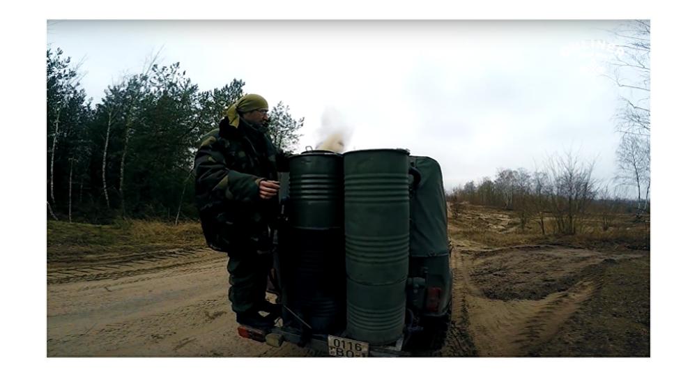 Bělorus sestrojil auto na hybridní pohon, které jezdí na dříví (VIDEO)
