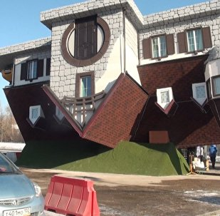 Až se hlava točí: V Rusku postavili údajně největší převrácený dům na světě