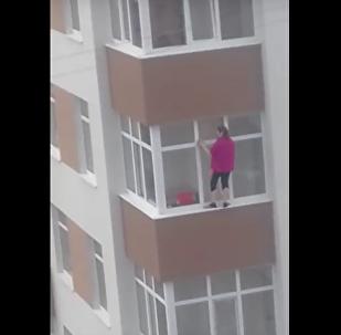 Odvážná hospodyně bez jištění myla okna ve velké výšce