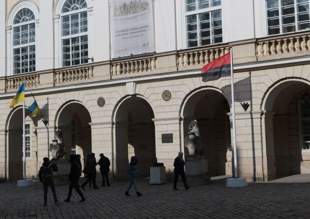 Na Ukrajině poprvé oficiálně vztyčili banderovskou vlajku