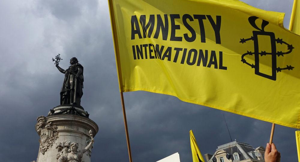 Vlajka Amnesty International v Paříži