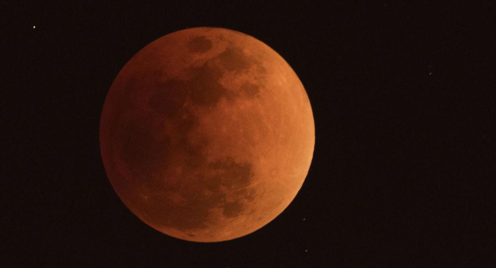 Na Měsíci bylo objeveno dostatečné množství vody k jeho kolonizaci