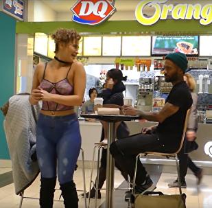 Žena šla na rande úplně nahá, její nápadník to však ani nepostřehl (VIDEO)