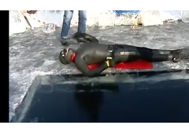 Ruský freediver uplaval rekordních 100 m pod bajkalským ledem