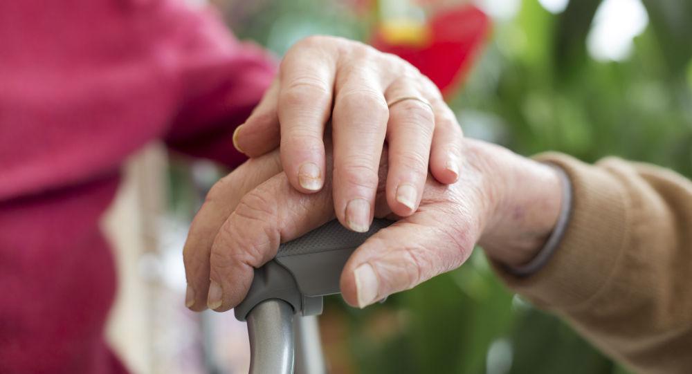 Starší lidé se drží za ruce