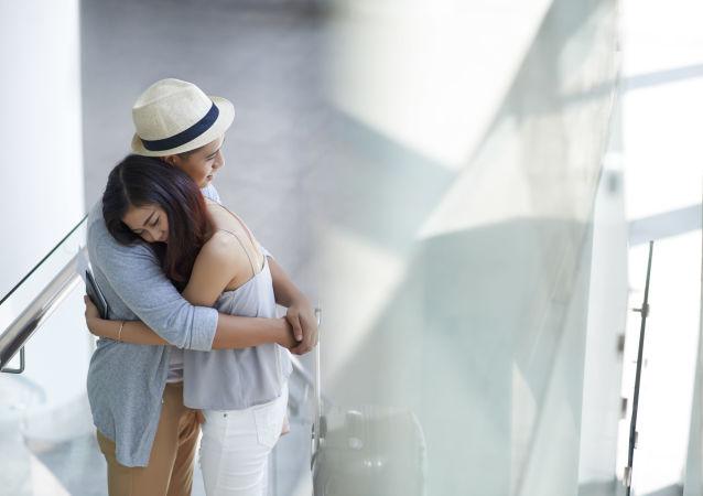 Muž utěšuje ženu