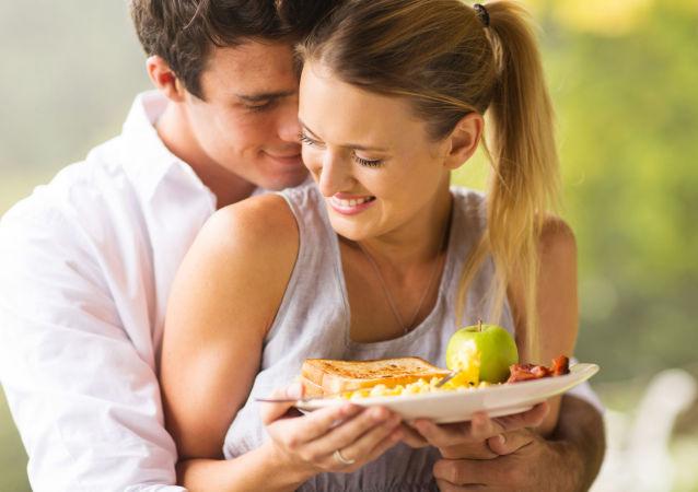 Mladý pár během snídaně