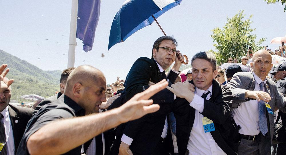 Srbský premiér Alexandar Vučič musel spěšně opustit ceremoniál věnovaný výročí událostí v Srebrenici