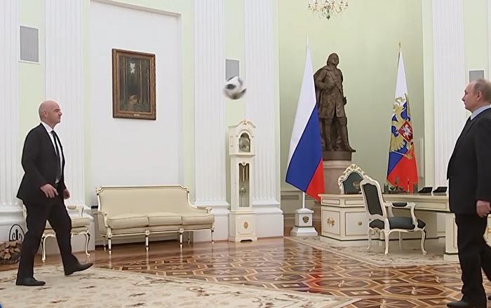 Putin se objevil ve videoklipu FIFA a odbil míč hlavou