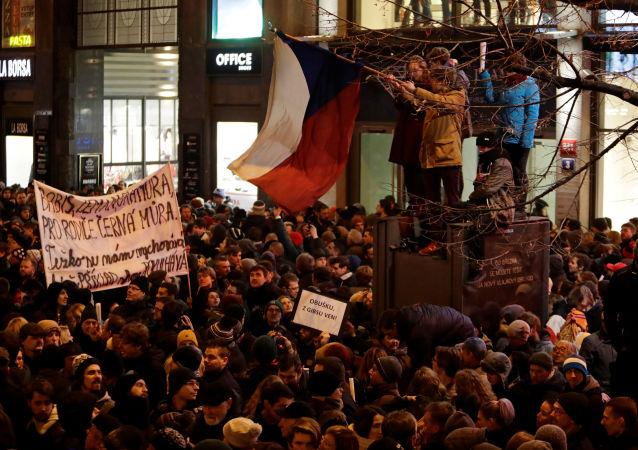 Protest proti poslanci Zdeňku Ondráčkovi v Praze