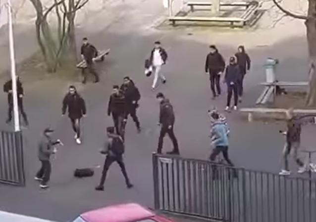 Odvážní studenti zahnali útočníka s noži