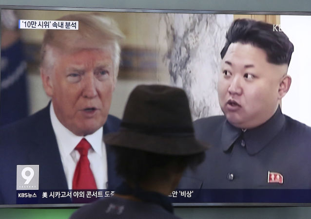 Donald Trump a Kim Čong-un na obrazovce televizoru