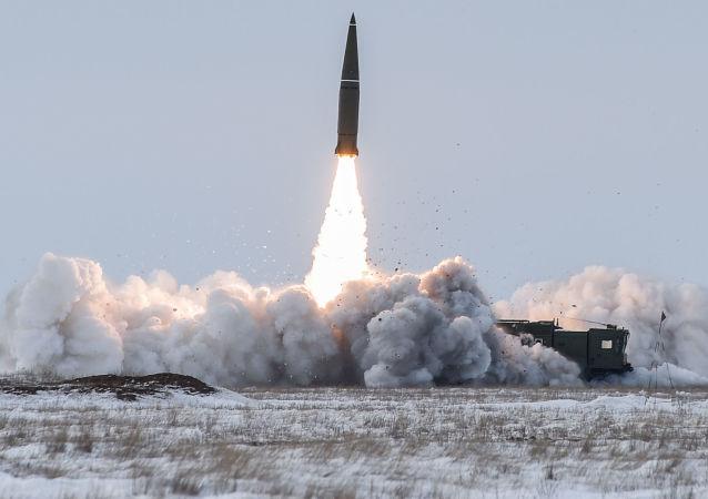 Vypuštění balistické rakety operačního-taktického raketového komplexu Iskander-M