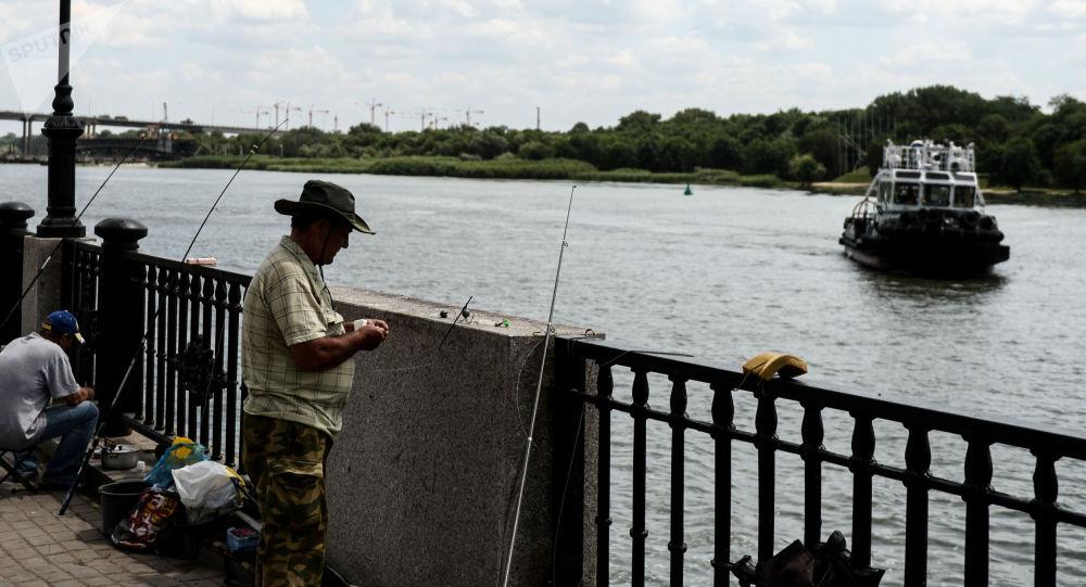 Rybáři na nábřeží Rostovu na Donu