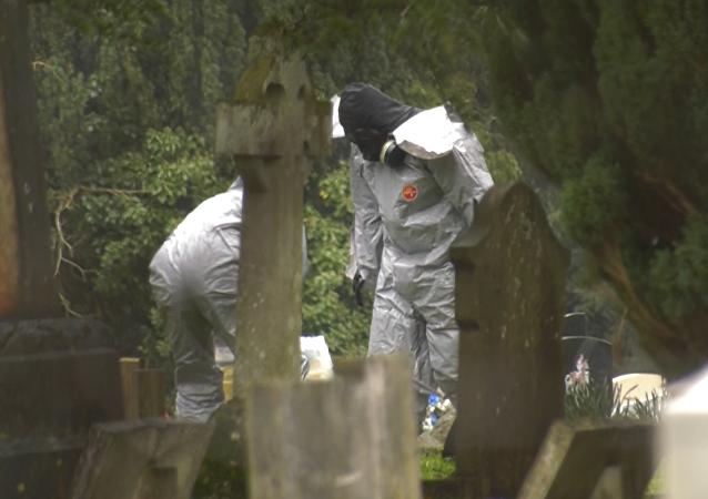 Britští kriminalisté  pracují na hřbitově, kde jsou pohřbeni manželka a syn Skripala