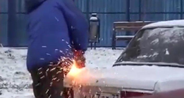 Rus odřízl kus cizího auta, aby zaparkoval