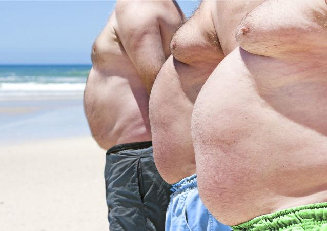 Muži na pláži. Ilustrační foto