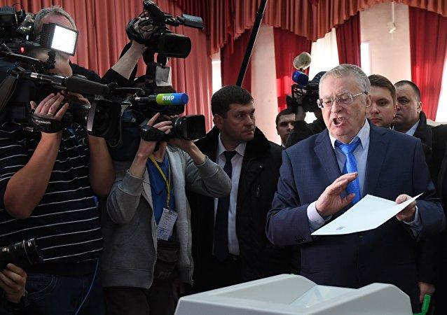 Prezidentský kandidát Vladimir Žirinovskij hlasuje ve volbách