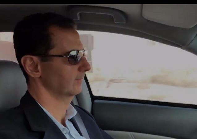 Asad řekl o situaci ve východní Ghútě za volantem auta