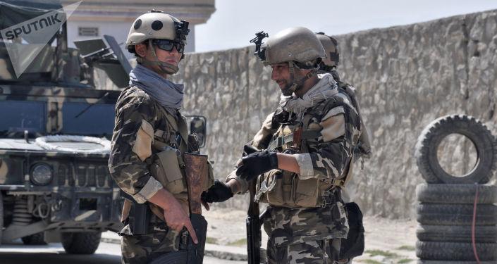 Представители афганских спецслужб в окрестностях аэропорта Кабула, территория которого подверглась обстрелу