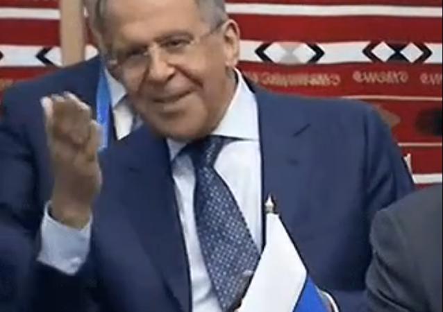 Komu poslal ministr Lavrov vzdušný polibek?