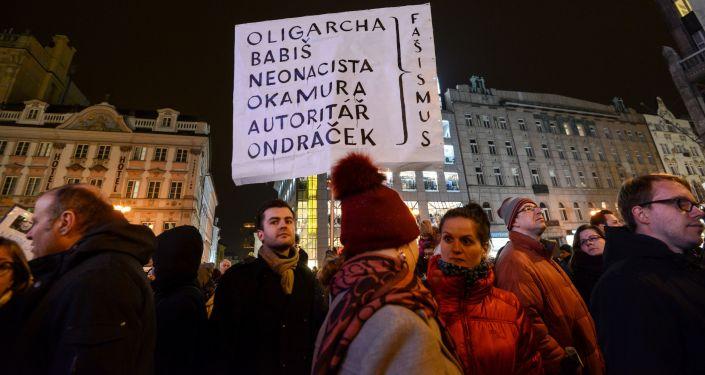 Demonstranti protestují proti  Zdeňku Ondráčkovi a komunistům v Praze