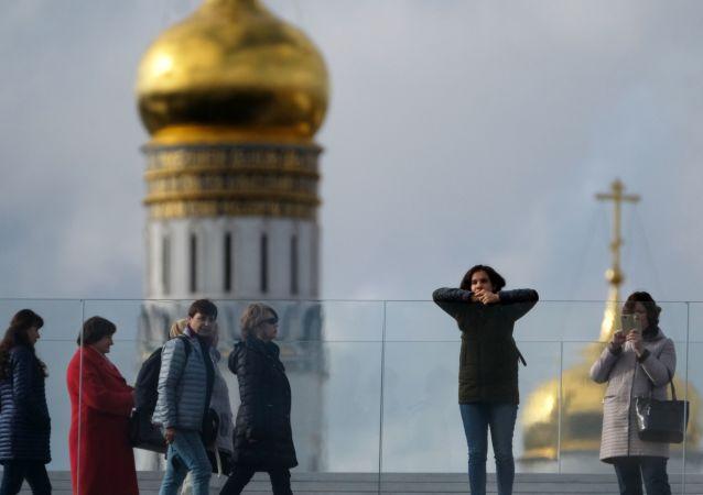 Návštěvníci parku Zarjaďje v Moskvě