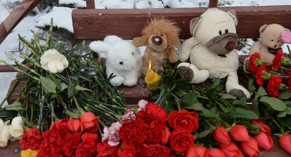 Květiny u obchodního centra v Kemerovu
