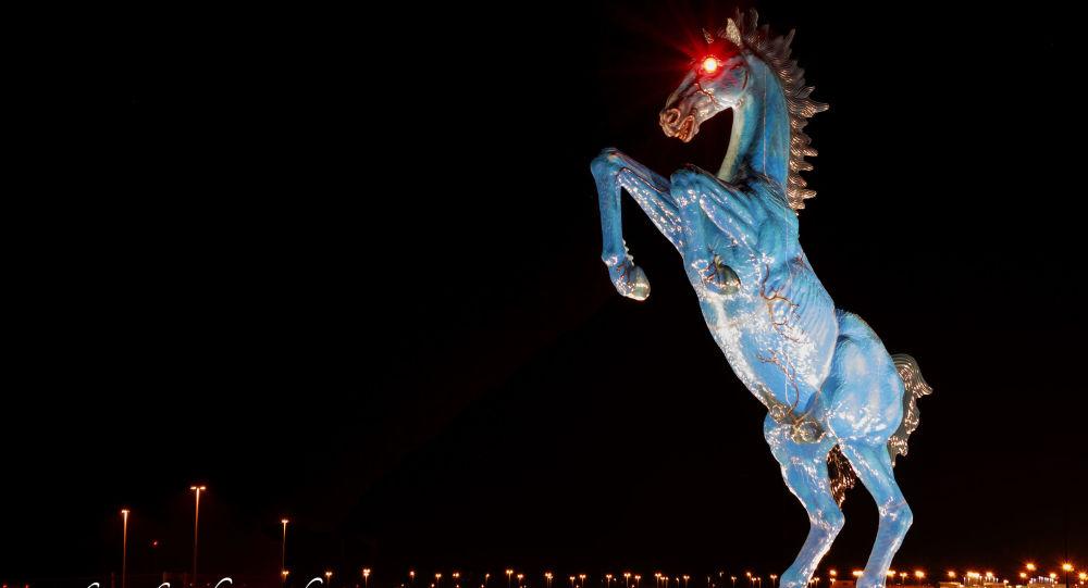Socha modrého koně u budovy letiště v Denveru
