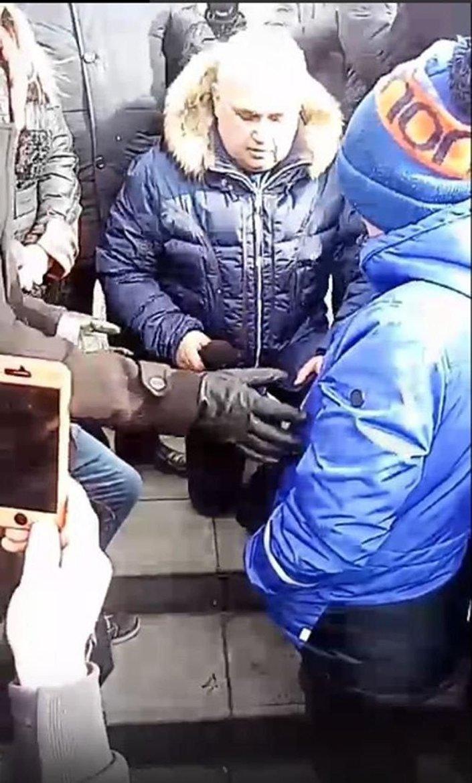 Viceguvernér na kolenou prosil obyvatele ruského Kemerova o odpuštění