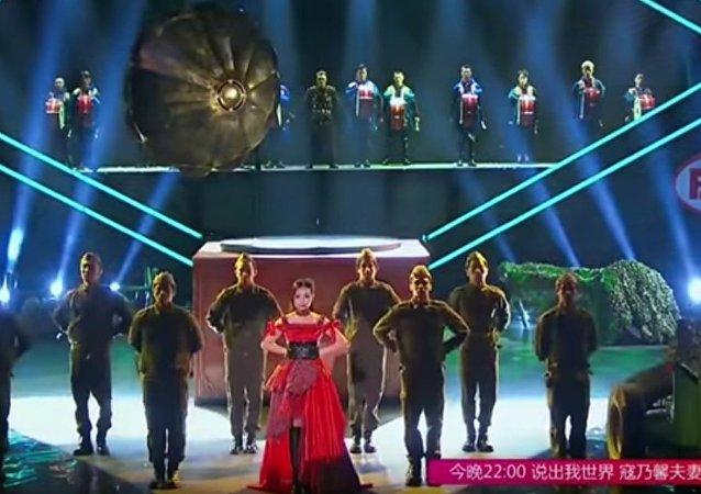 Neobvyklé provedení sovětské písně čínskými umělci okouzlilo internet
