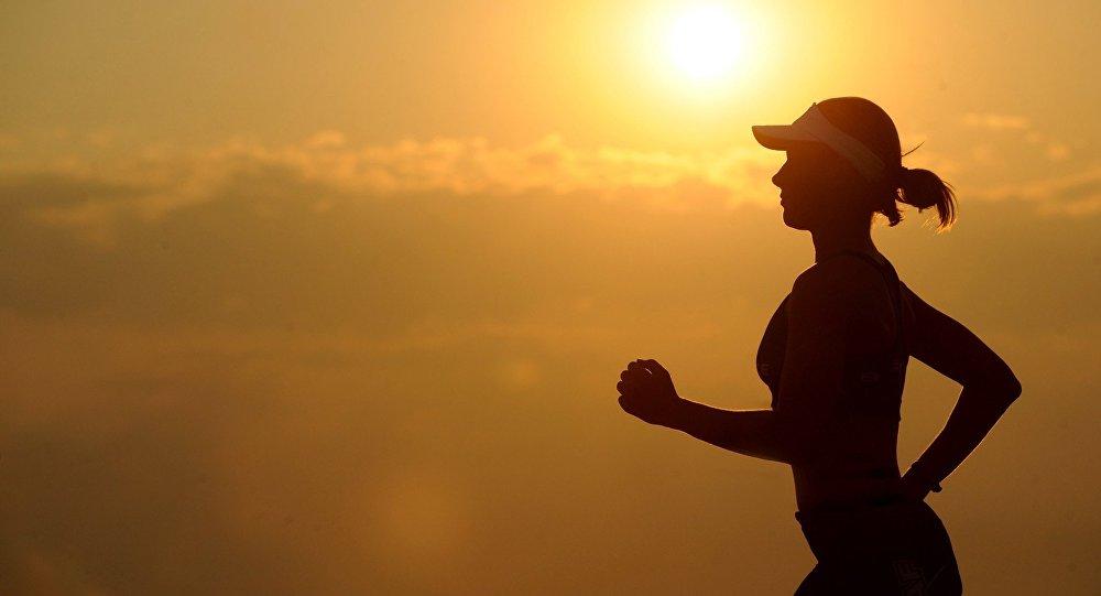 Běžící slečna. Ilustrační foto