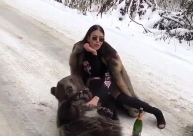 Dívka pózující s medvědem pobouřila internet