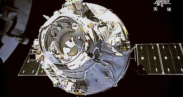 Čínská vesmírná stanice Tchien-kung 1, která v dubnu 2018 byla plánovaně shořela v atmosféře.