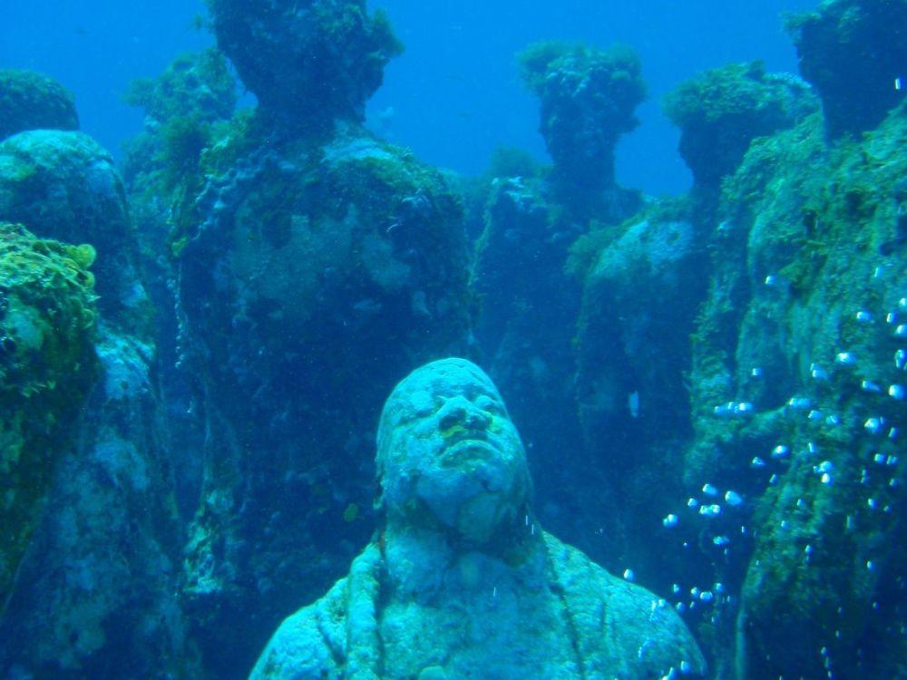"""Překrásní """"utopenci"""": Záhadný park ze soch na mořském dnu"""