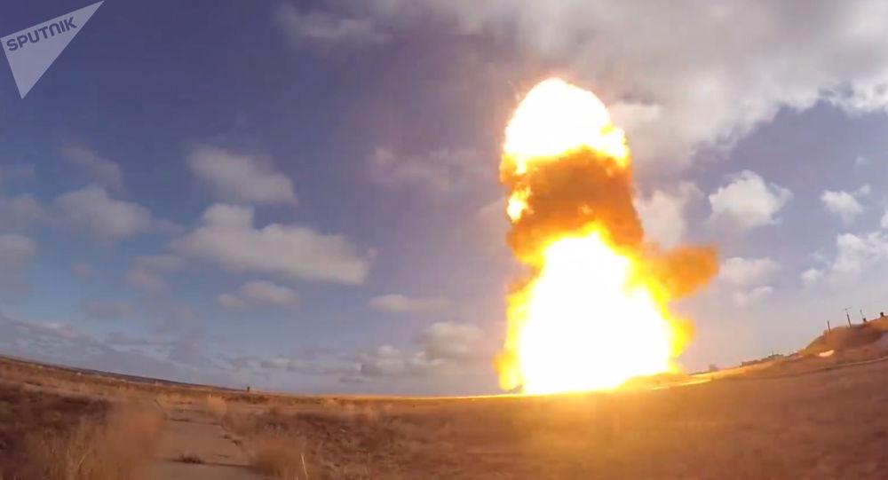 Zkouška nové modernizované rakety na polygonu Sary-Šagan