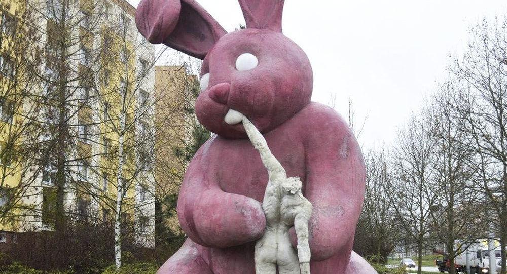 Velikonoční králík, který požírá člověka