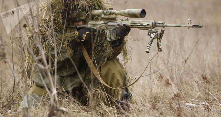 Ruský odstřelovač při cvičení. Ilustrační foto