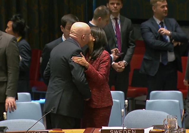 Podívejte se na vřelé vztahy mezi stálými zástupci RF a USA při OSN. (VIDEO)