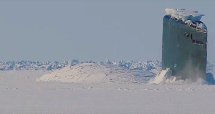 Podívejte se na VIDEO, jak atomová ponorka proráží arktický led