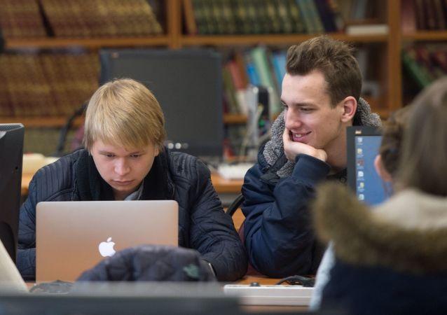 Studenti v knihově Národního výzkumného jaderného institutu v Moskvě