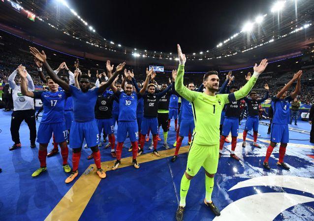 Hráči Francie slaví vítězství nad Běloruskem