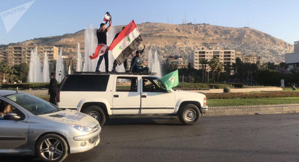 Syřané v Damašku protestují proti leteckým útokům koalice