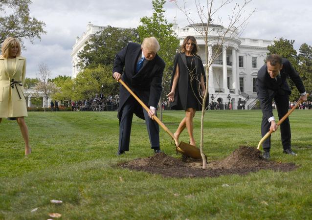 Donald Trump, Emmanuel Macron a jejich manželky