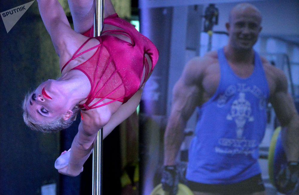 Propojení sportu a erotiky: soutěž tanečnic na tyči v Minsku