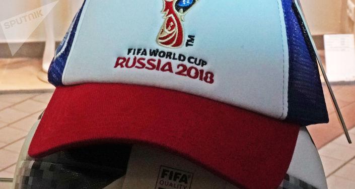 Fotbalový míč a kšiltovka v oficiálním obchodu MS 2018