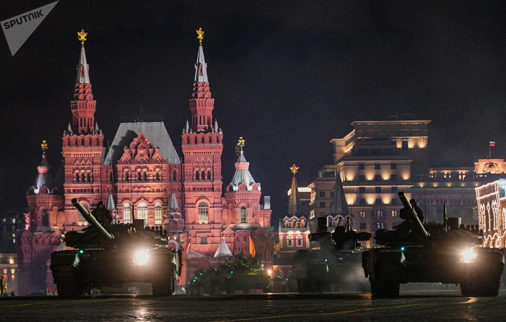 Přehlídkové formace a mechanizované kolony prošly přes Rudé náměstí