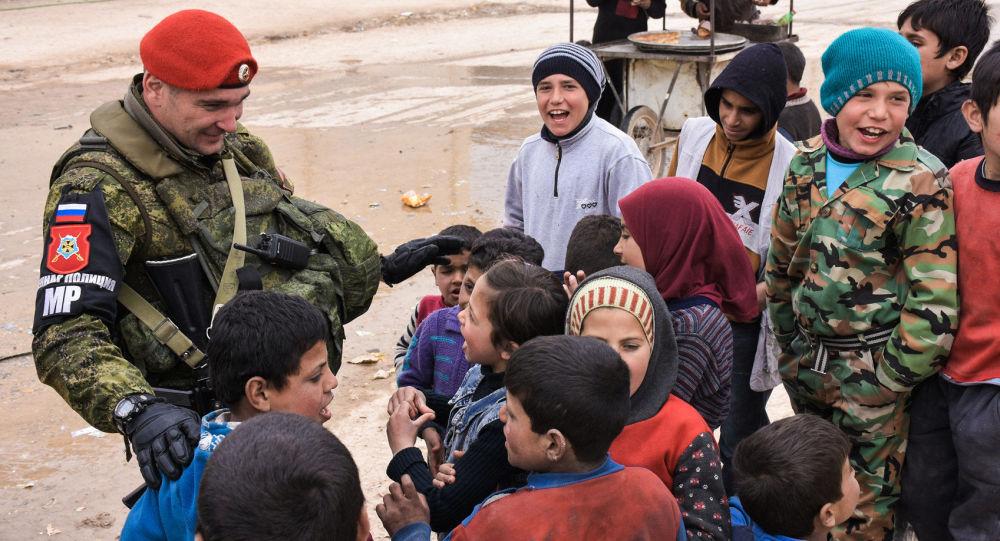 Ruský vojenský policista se syrskými dětmi (ilustrační foto)