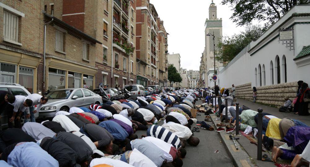 Muslimové se modlí v Paříži