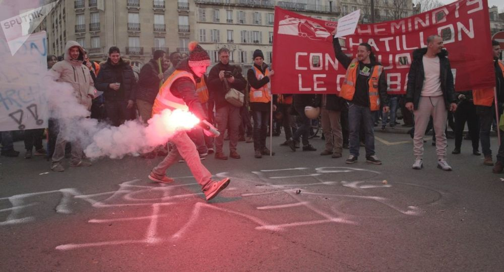 Demonstrace železničářů a studentů před Východním nádražím (Gare de l'Est) v Paříži